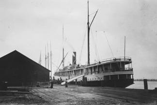 The Pomona docked in Eureka, California in 1905.